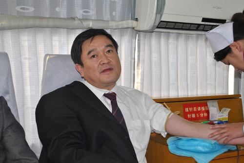 民二庭庭长尚维在献血中   立案庭庭长张太铁在献血中   刑庭审判员杨
